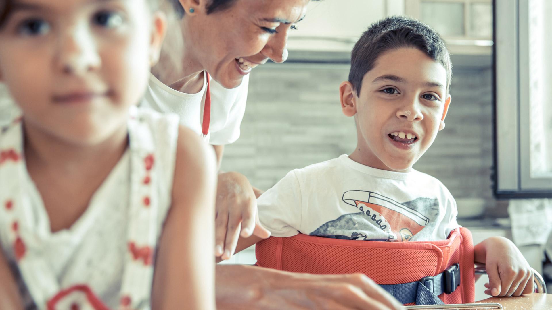 Bambino con Mini Standy in cucina