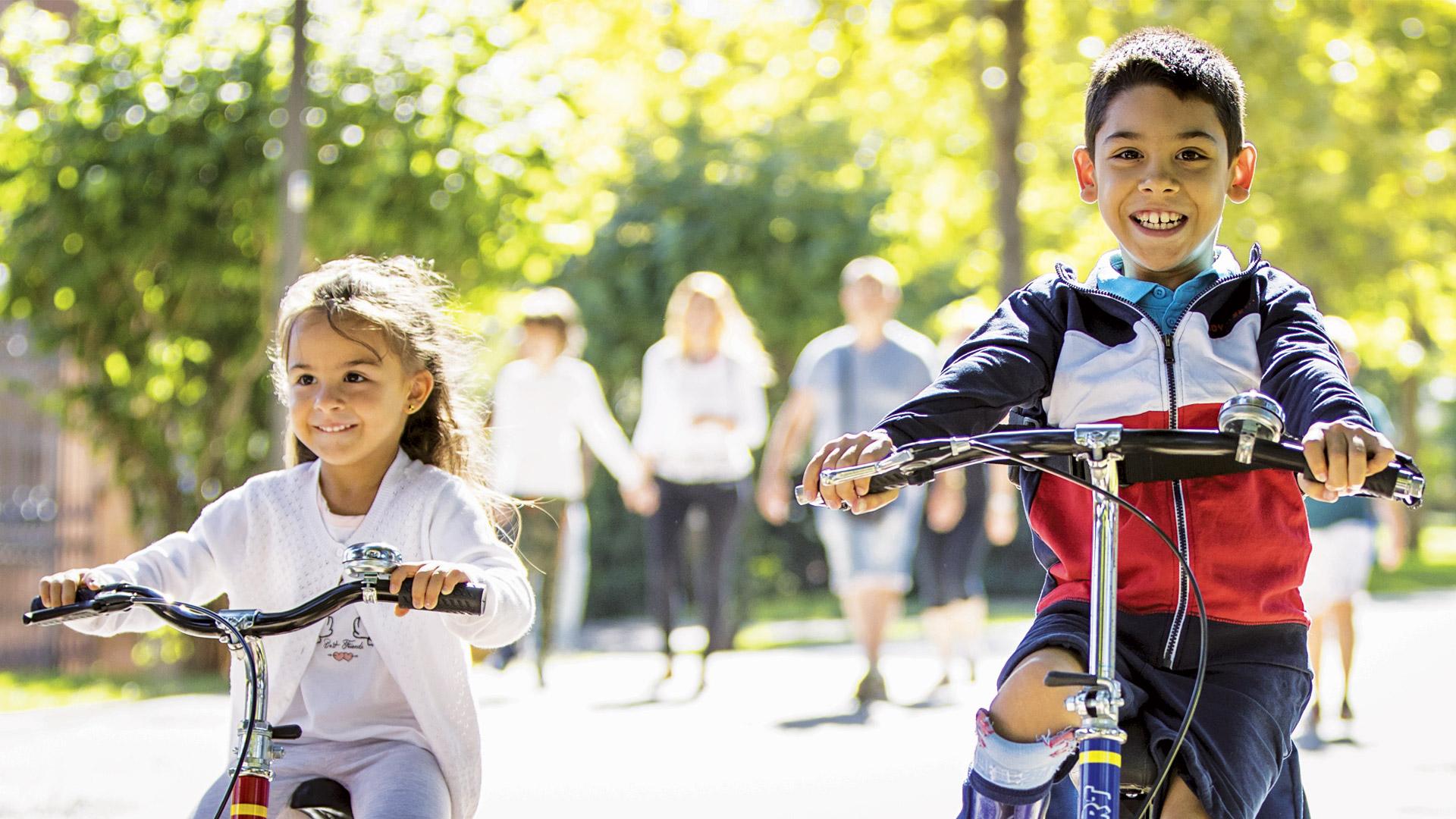 Fratello e sorella giocano con Triciclo 207 Sport